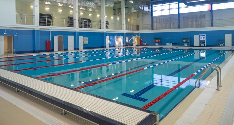 Sport- und Fitnesskomplex mit Schwimmbädern